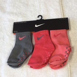 NIKE BABY 3 PACK  CORE SWOOSH GRIPPER SOCKS